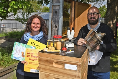 Claudia Wiederhold und Stadtimker Victor Hernández präsentieren die Bienenschauanlage
