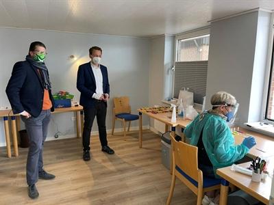 ©  - Bürgermeister Joost van Oostrum und Bürgermeister Tom Tenostendarp bei der Schnellteststation in Zwillbrock.