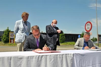 ©  - Jan van de Meer von der Provinz Gelderland (rechts) und Thomas Kerkhoff, Bürgermeister der Stadt Bocholt, unterzeichneten am 2.6.2020, die Vereinbarung zum gemeinsamen Betrieb der Busnlinie C 11 Bocholt - Aalten - Foto: Bruno Wansing, Stadt Bocholt