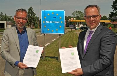 ©  - Jan van de Meer und Bocholts Bürgermeister Thomas Kerkhoff (re) halten die Vereinbarung zum Betrieb der Buslinie C 11 Bocholt - Aalten in den Händen  - Foto: Bruno Wansing, Stadt Bocholt