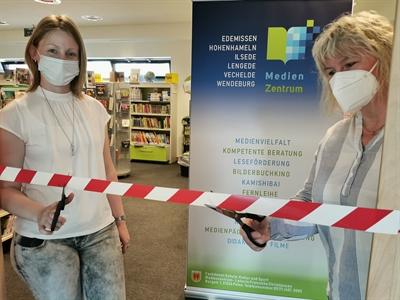 © Landkreis Peine - Zwei Frauen schneiden ein Absperrband durch.