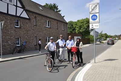©  - Offiziell eingeweiht: Die Fahrradstraße im Burgweg in Leverkusen Rheindorf