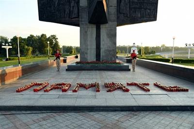 """© Tverigrad.ru - 6000 Kerzen zeigen in Osnabrücks russischer Partnerstadt Twer das Wort """"Erinnerung"""", mit dem an den 80. Jahrestag des deutschen Überfalls auf die Sowjetunion gedacht wird."""