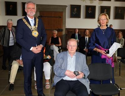 © Robert Schäfer - Oberbürgermeister Wolfgang Griesert (links) hat die die Bürgermedaille der Stadt Osnabrück an Dr. Ulrike Hamm (rechts) und Dr. Ludwig Schulze (Mitte sitzend) überreicht.