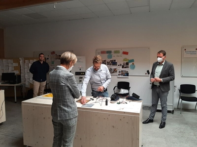 ©  - Geschäftsführer Jonas Haake, Regierungspräsidentin Dorothee Feller, und Bürgermeister Tom Tenostendarp schauen sich die Abstandstechniken am Modell an.