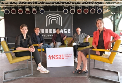 "© Stadt Kassel/Harry Soremski - Gemeinsame Präsentation des Programms ""#KS21 - Kultur im Sommer 2021"": Susanne Völker (von links, Kulturdezernentin), Birgit Emser (WELLbeing Stiftung), Julian Mahid Carly (Studio Lev e.V.), Christoph Langguth (Kultur Bahnhof Kassel e.V.), Hannah Kretzschmar (Randfilm e.V.). Foto: Stadt Kassel/Harry Soremski"