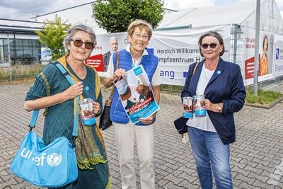 © Stadt Hamm - Elke Bumiller-Krause, Mathilde Hense und Ingrid Supe (v.l.n.r.) von der UNICEF Arbeitsgruppe Hamm stellten die Spendenaktion am Impfzentrum an der Friedensschule vor.