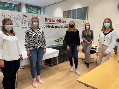 Das Team des Briefwahlbüros im Borkener Rathaus (v. li.): Lisa Jansen, Lea Kohlruss, Laura Buchholz, Alexandra Ruhmann und Marie Tenbrink.