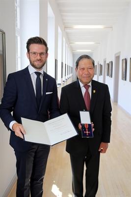 © ©Stadt Mönchengladbach - Oberbürgermeister Felix Heinrichs überreichte das Bundesverdienstkreuz am Bande an Van Ri Nguyen. ©Stadt Mönchengladbach