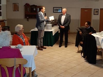 ©  - Bürgermeister Tom Tenostendarp übergab dem Vorsitzenden Bernhard Beuting ein kleines Präsent anlässlich des Jubiläums.