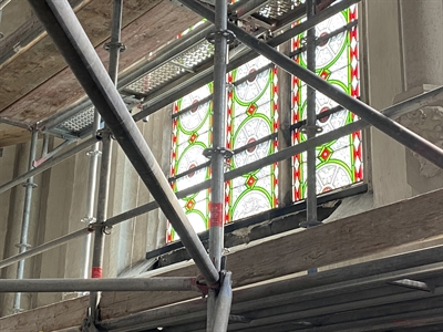 © Stadt Lippstadt -  Nach der Reinigung erscheint das hintere Fenster gleich viel heller. Foto: Stadt Lippstadt