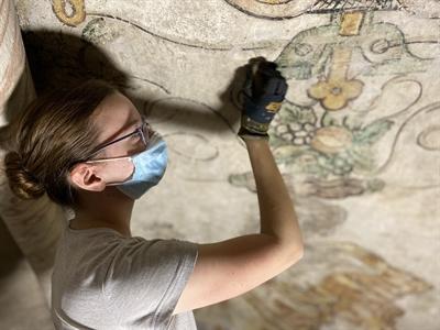 © Stadt Lippstadt - Die empfindlichen Malereien erstrahlen durch eine vorsichtige Säuberung im neuen Glanz. Mit einem Schwamm arbeitet sich Restauratorin Annekatrin Küsterarend vorsichtig vor. Foto: Stadt Lippstadt