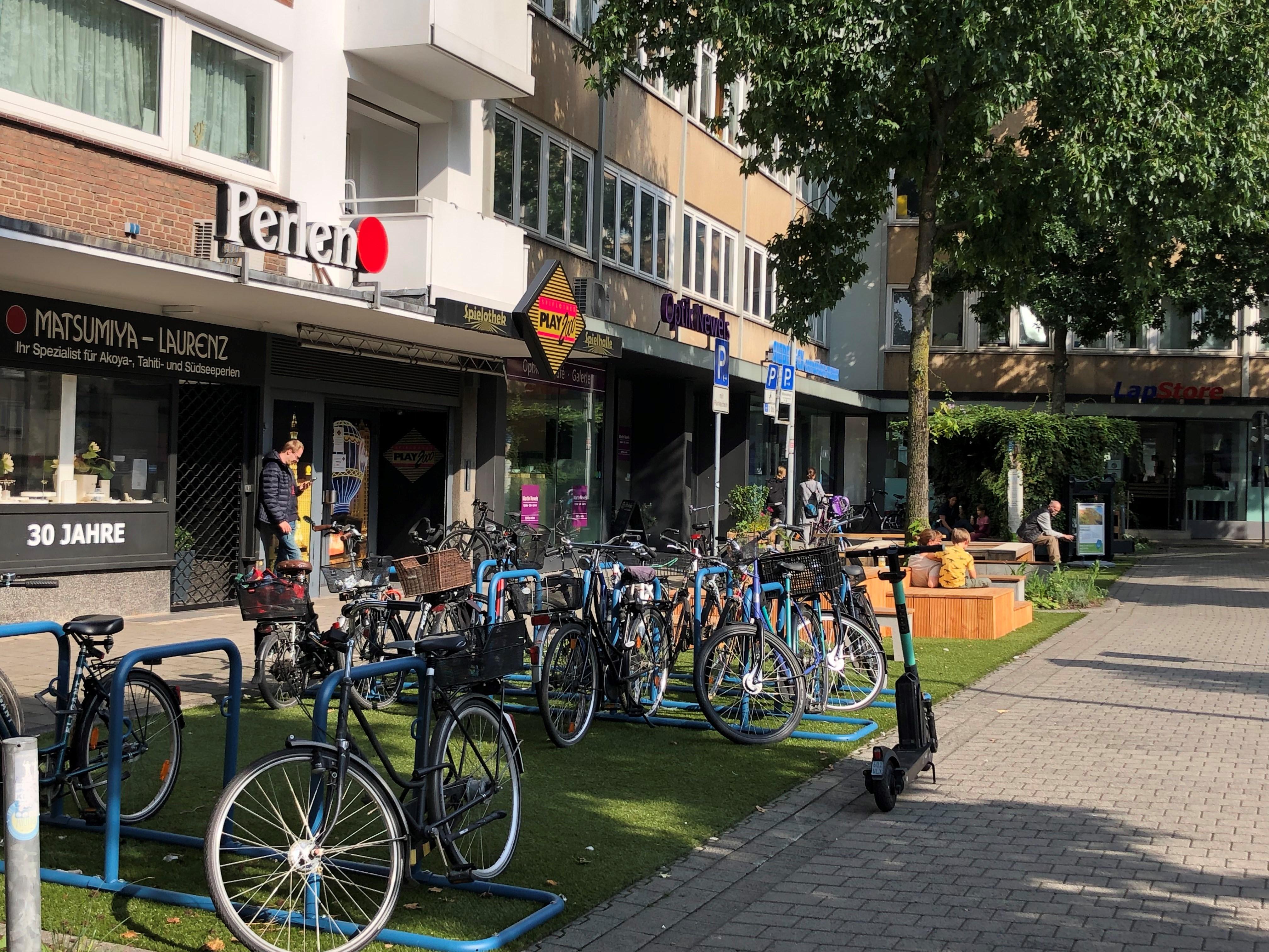 Die Anlehnbügel für Fahrräder auf dem noch gesperrten Parkplatz am Bült bleiben nach dem Verkehrsversuch dauerhaft installiert. Auch an der Hörsterstraße entstehen weitere Stellplätze für Fahrräder und Lastenräder. Foto: Stadt Münster.