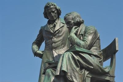 © Medienzentrum Hanau - Brüder Grimm-Denkmal nach der Renovierung nah