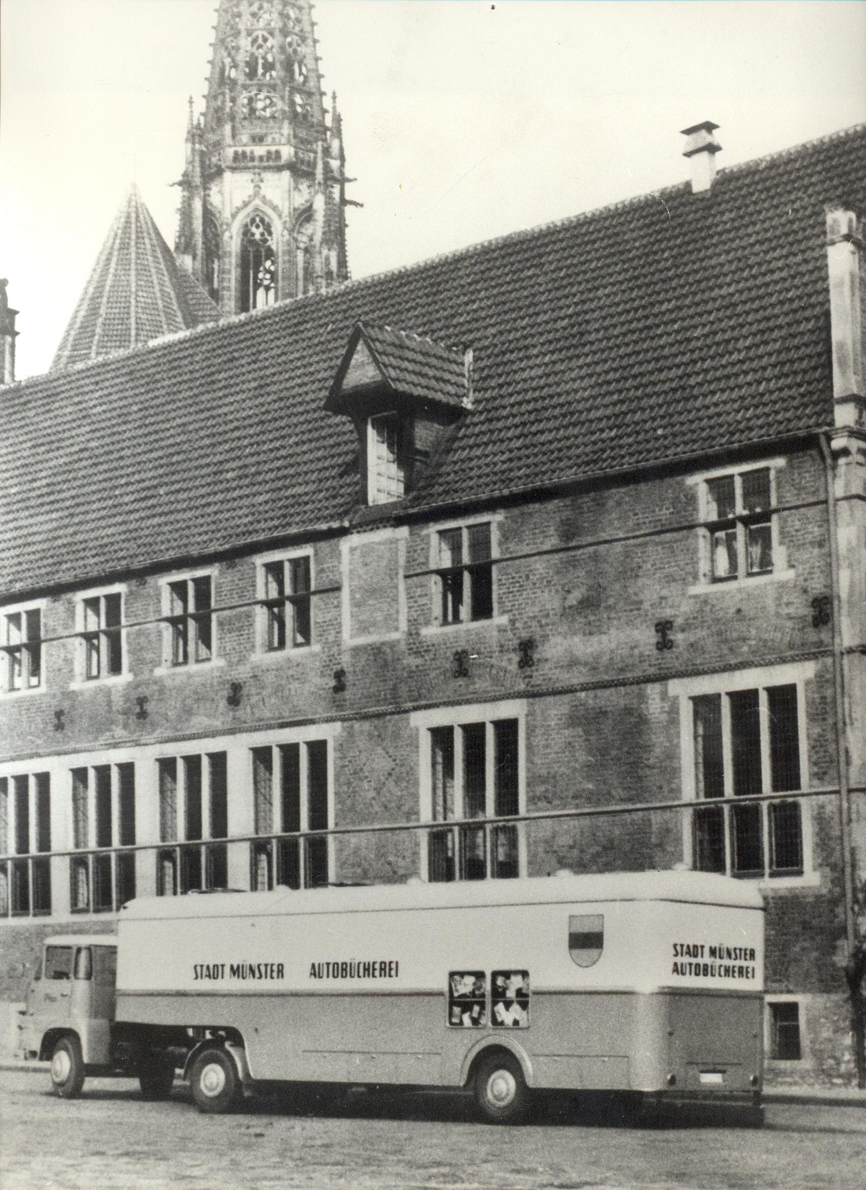 Rückblende auf 1961: Dieser Sattelschlepper ersetzte den alten Amerika-Bücherbus. Er steuert damals 13 Haltestellen an. Foto: Stadt Münster